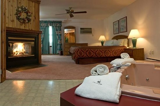 Crescent Lodge & Country Inn: Cottage with jacuzzi and fireplace