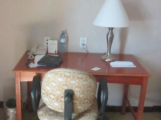Holiday Inn Managua - Convention Center: The desk area in my room