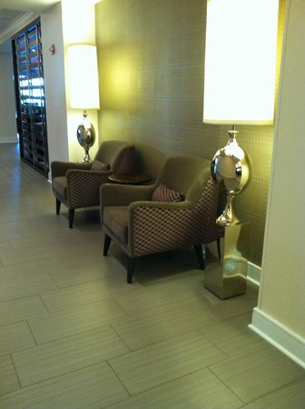 Courtyard by Marriott Washington Embassy Row: Lobby area close to elevators