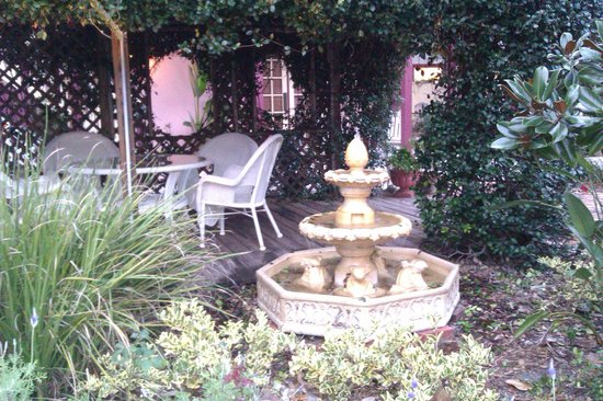Casa de Solana Bed and Breakfast :                   Relaxing fountain, sitting area