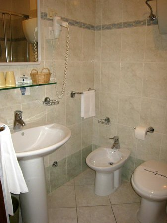 Grifone Hotel: quite comfortable bathroom