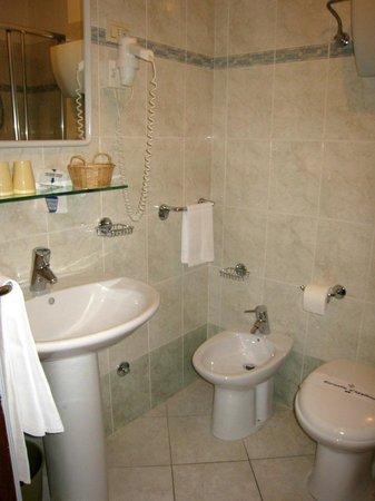 هوتل جريفون: quite comfortable bathroom