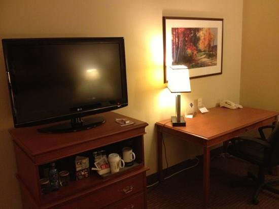 Radisson Paper Valley Hotel:                                     HDTV and spacious desk area