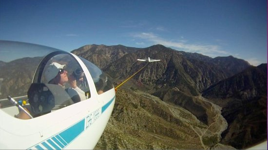 Llano, Καλιφόρνια: On tow to the mountains - Soaring in LA County
