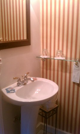 Casa de Solana Bed and Breakfast:                   Theresa Room bathroom