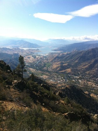 Kernville, Californië: View of valley from top of trail