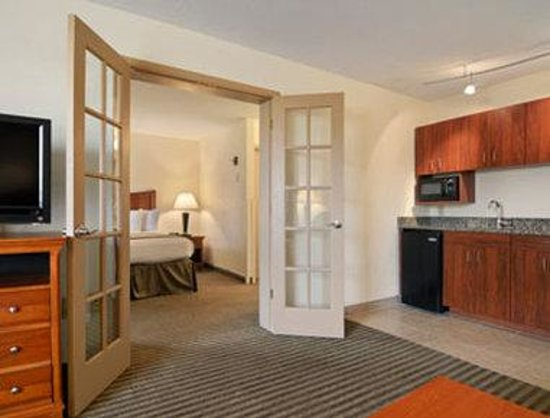 Baymont Inn & Suites Macon/Riverside Drive: King Suite