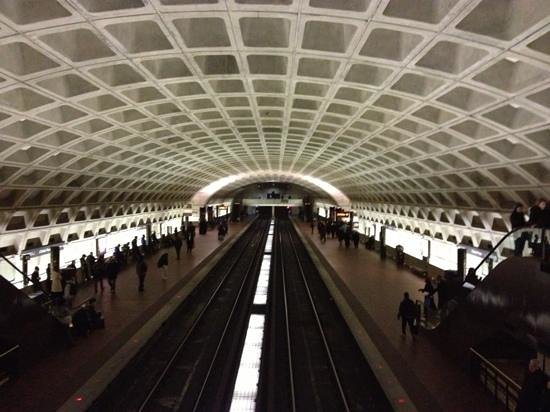 L'Enfant Plaza Hotel: metro station under hotel
