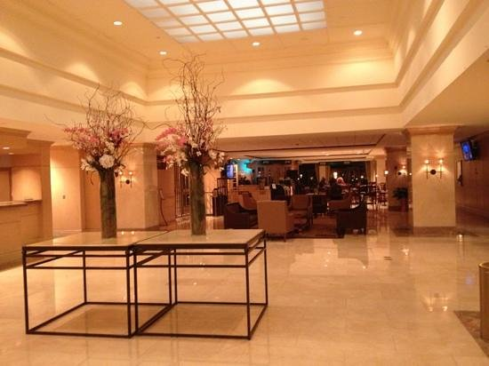 L'Enfant Plaza Hotel: beautiful flowers in lobby