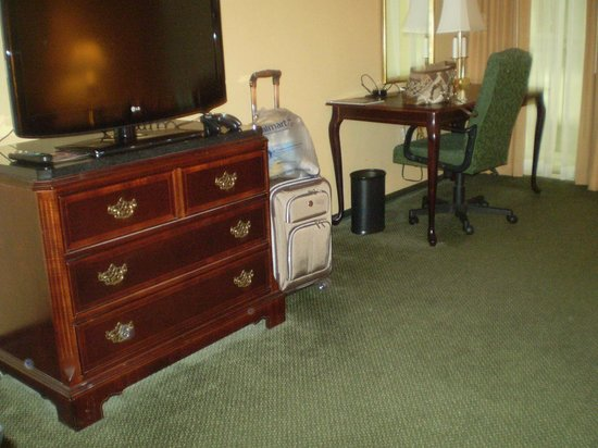 St. Louis City Center Hotel: Desk - TV