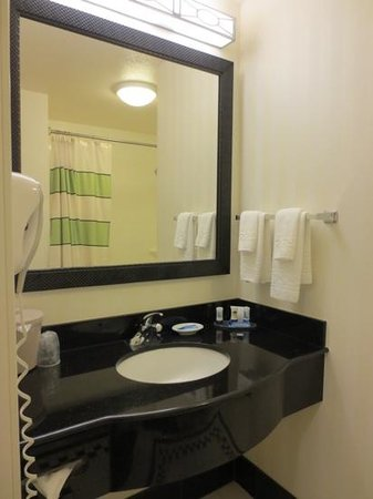 Fairfield Inn & Suites Santa Maria : bathroom
