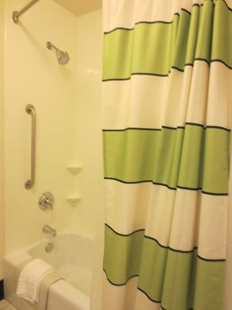 Fairfield Inn & Suites by Marriott Santa Maria: bathroom