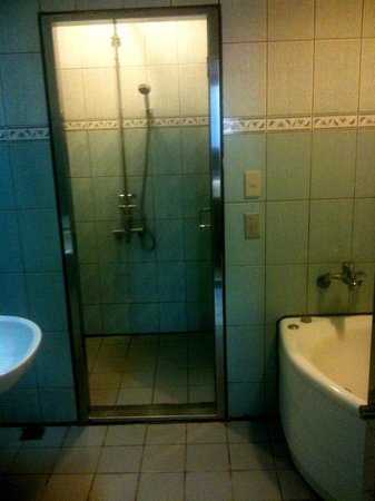 Chia Hsiang Motel: Walk-in shower