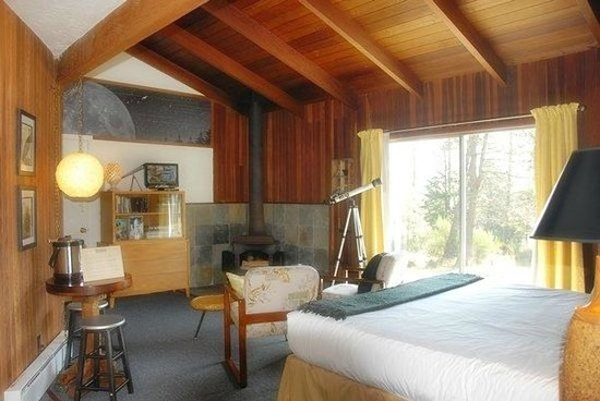 The Andiron -- Seaside Inn & Cabins: Comfortable, large, one-room cabins, some with fireplaces