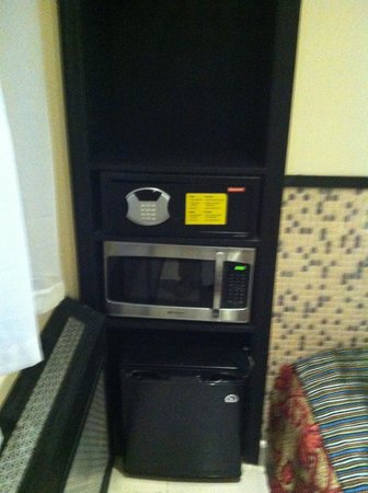 Manhattan Broadway Hotel:                   Fridge, microwave, safe