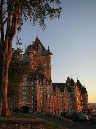 Hotel Chateau Bellevue: Chateau Frontenac across the park in golden sunlight