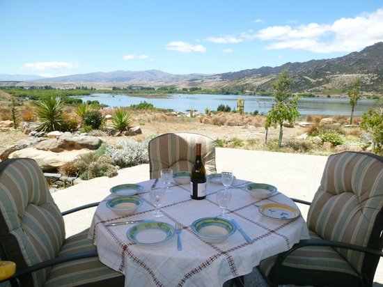 Smoothwater Haven: Breakfast on the terrace overlooking the lake