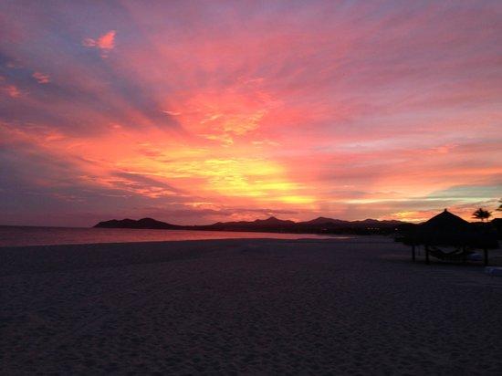 لاس فينتاناس ألباريزو أحد منتجعات روزود:                   sunset on the beach                 