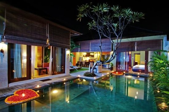 Pradha Villas: Pool area night time