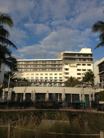The Ritz-Carlton, South Beach: Hotel from the beach/pathway