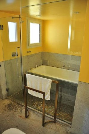 Shore Club South Beach Hotel: Shower/Tub