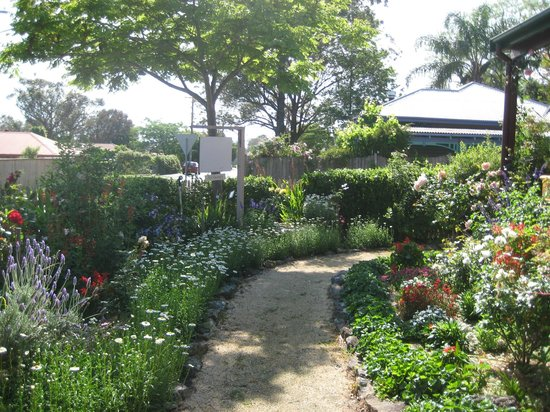 Merridy's at Morpeth Bed and Breakfast: Front garden