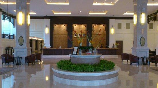 Sofitel Phnom Penh Phokeethra: Front Desk and Lobby