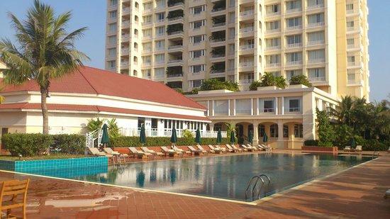 Sofitel Phnom Penh Phokeethra: Pool Area