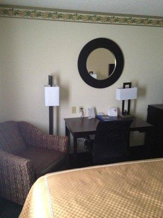 Americas Best Value Inn - Alva :                   Desk table  & chair