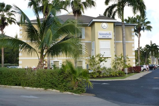Sunshine Suites Resort: View of the hotel as you walk through the parking lot from the beach