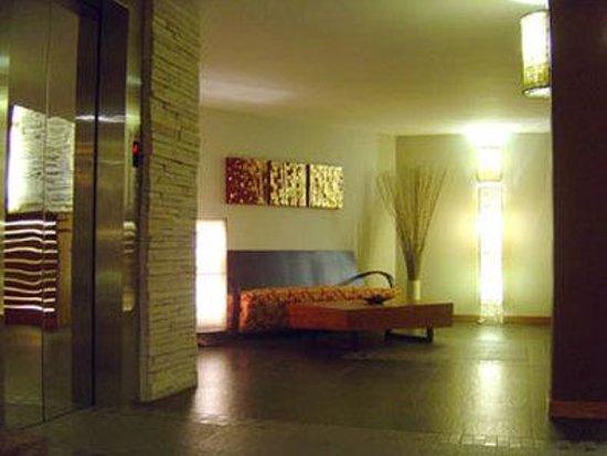 Hotel Cara: Lobby Elevator Sitting Area