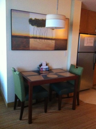 Residence Inn Florence: Small dining table in room 308