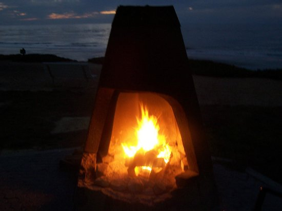 Cavalier Oceanfront Resort: One of several outdoor fireplaces for resort guests