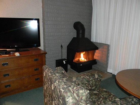 Cavalier Oceanfront Resort: Our room's corner fireplace, sitting area & flatscreen TV