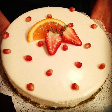 Pasticceria Fontana e Fontana: Torta ricoperta di yogurt con decorazione di frutta