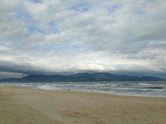 Fusion Maia Da Nang:                   Вид с пляжа в пасмурную погоду