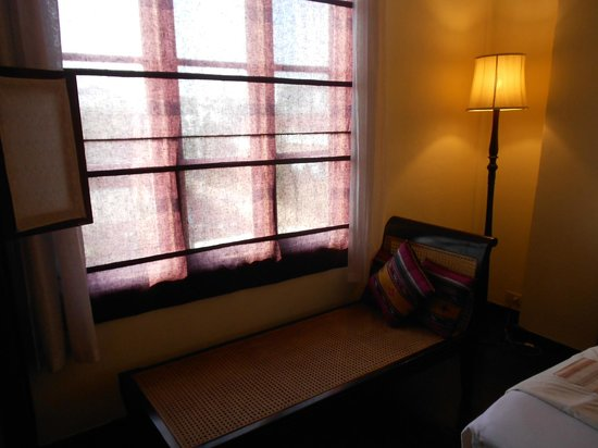 Hotel Khamvongsa: Bedroom and day bed