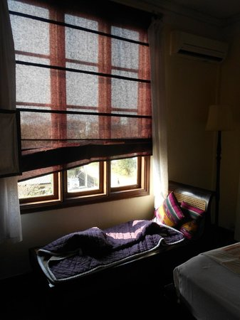 Hotel Khamvongsa: Day bed overlooking lane-way from bedroom