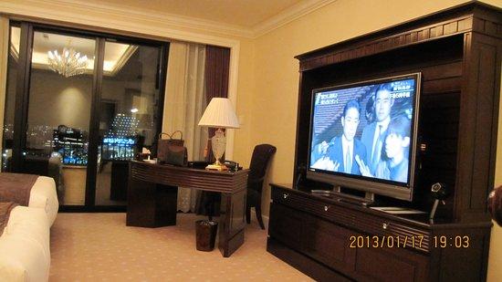 Hotel La Suite Kobe Harborland: 大きいテレビ