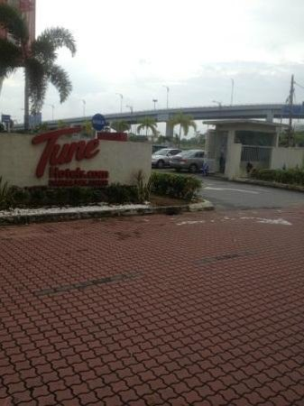 Tune Hotel Danga Bay:                   entrance of hotel - guard house on the right of pic
