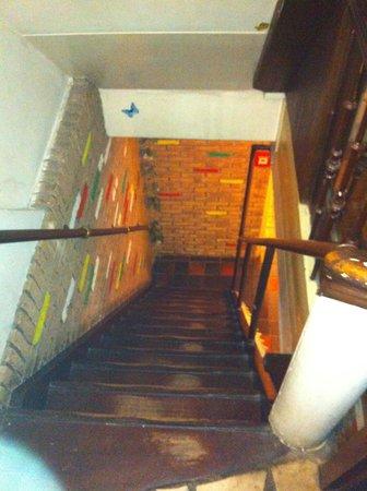 Freeland Hotel: la scala che porta alla sala colazione