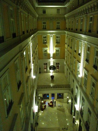 Corinthia Hotel Budapest: Glass topped quadrangle