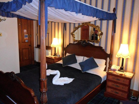 Hazeldean House: Our lovely four poster bed