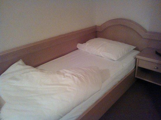 Chrys Hotel: Camera (Il letto nella foto è nelle condizioni in cui l'ho trovato entrando in camera!!)
