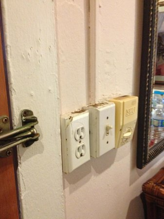 Casa Del Caribe Inn: Dirt crusted on light switches