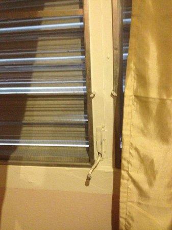 Casa Del Caribe Inn : Windows with cranks that don't work