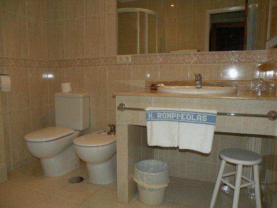 Hotel Rompeolas: Baño habitación doble superior