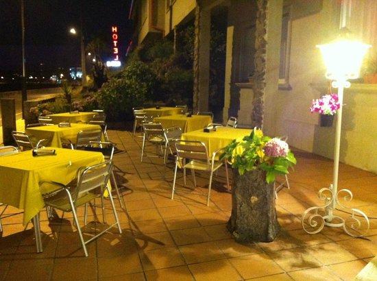 Hotel Rompeolas: Terraza exterior