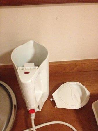Hallmark Hotel Glasgow: broken kettle