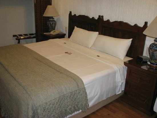 Amberes Suites: comfortable bed